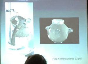 Slide con il vaso nuragico riparato con il piombo dell'Iglesiente