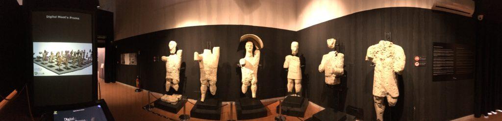 Alcune delle statue di Mont'e Prama in mostra al Museo di Cabras e lo schermo con la ricostruzione 3D