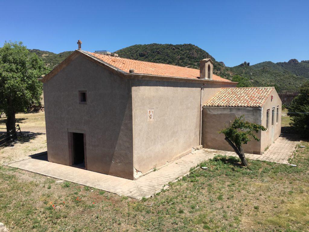 Facciata e parete ovest della chiesa di Nostra Signora de Sos Regnos Altos al Castello Malaspina