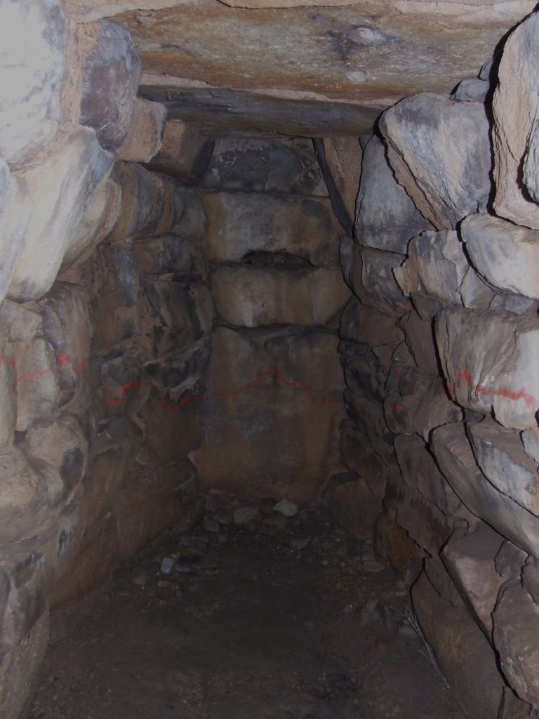 Interno della camera della tomba dei giganti di San Cosimo