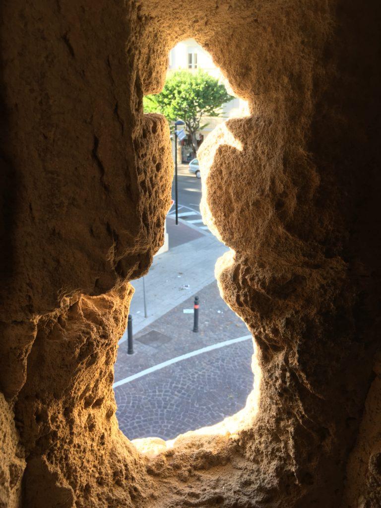 Particolare di una finestra della torre di Portixedda, parte storica delle mura di Oristano.