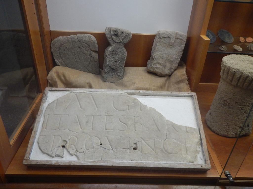 Lastra marmorea proveniente da Fordongianus all'Antiquarium Arborense