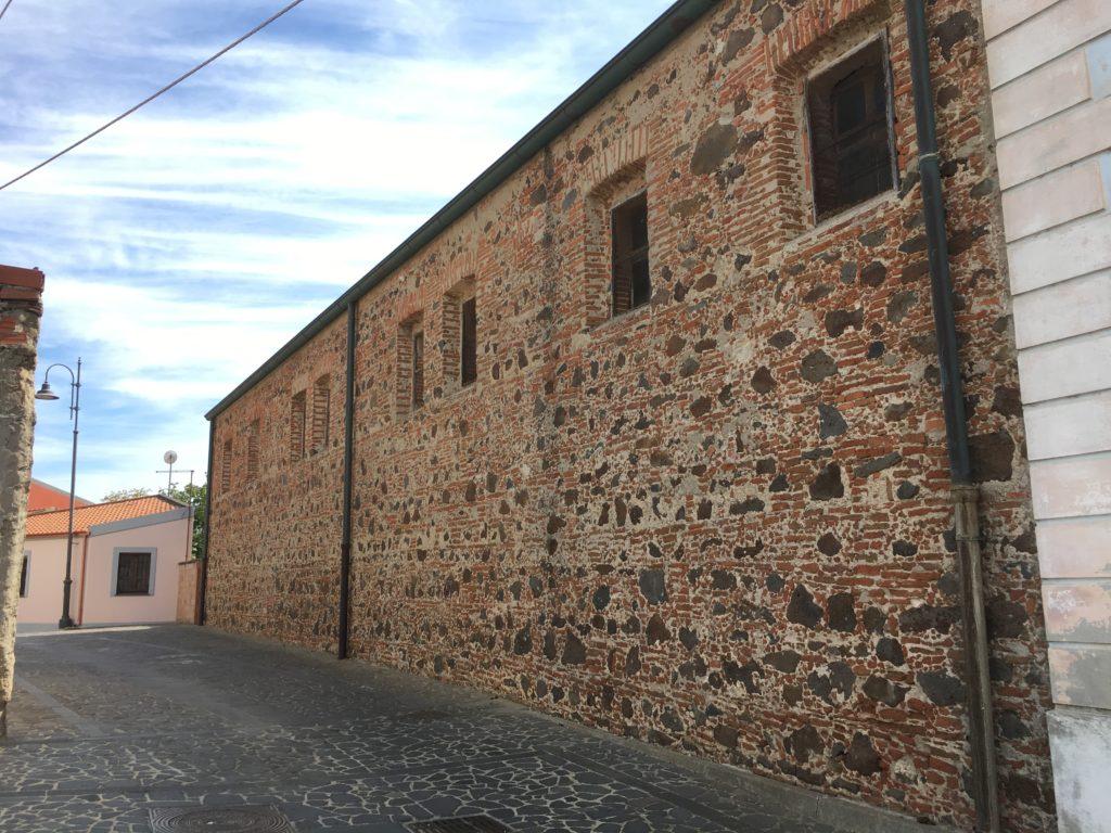 La chiesa di Santa Maria delle Grazie e una casa in mattoni crudi a Solarussa