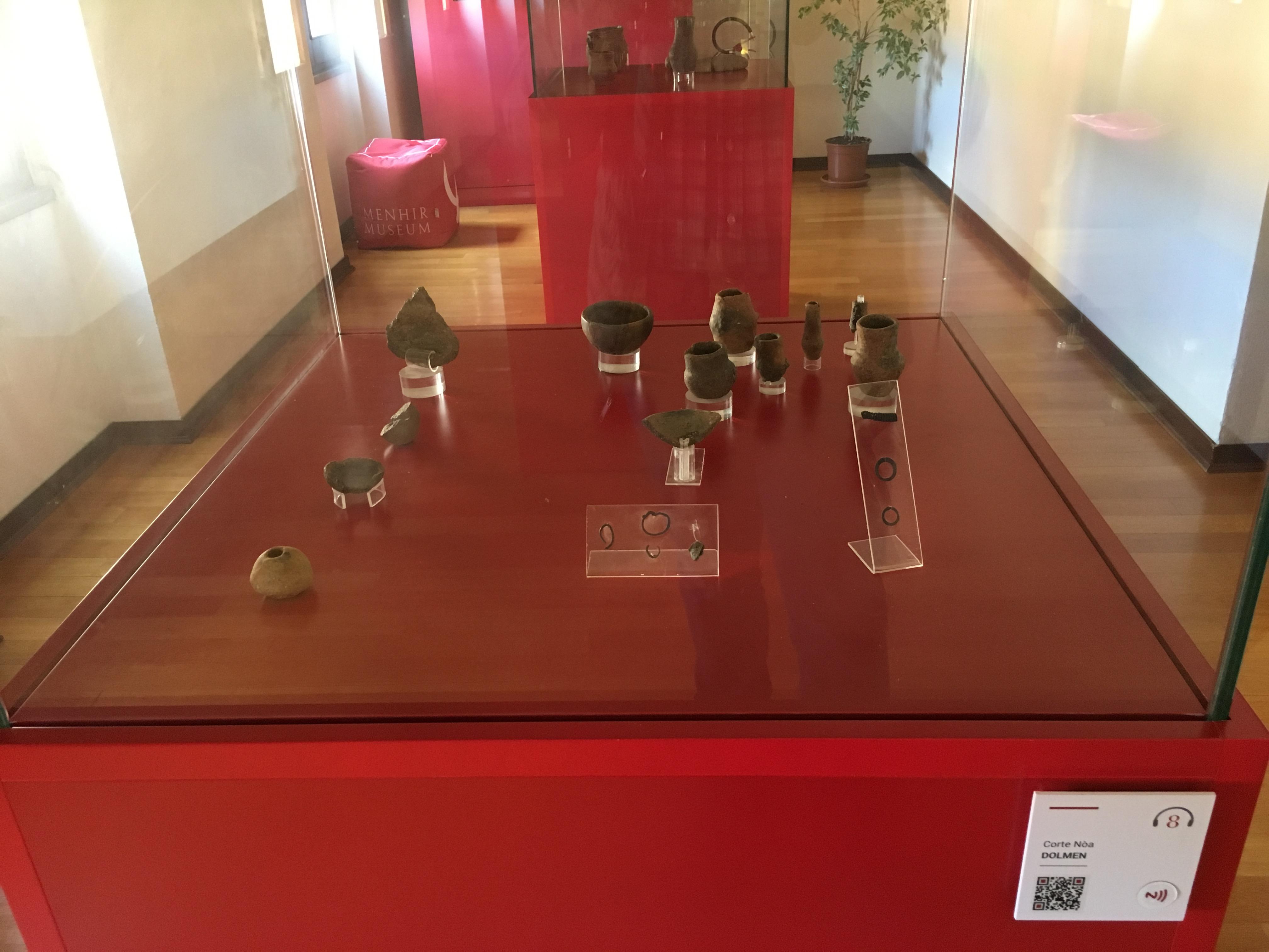 Corredo funerario del dolmen di Corte Noa, all'interno del Museo dei Menhir di Laconi