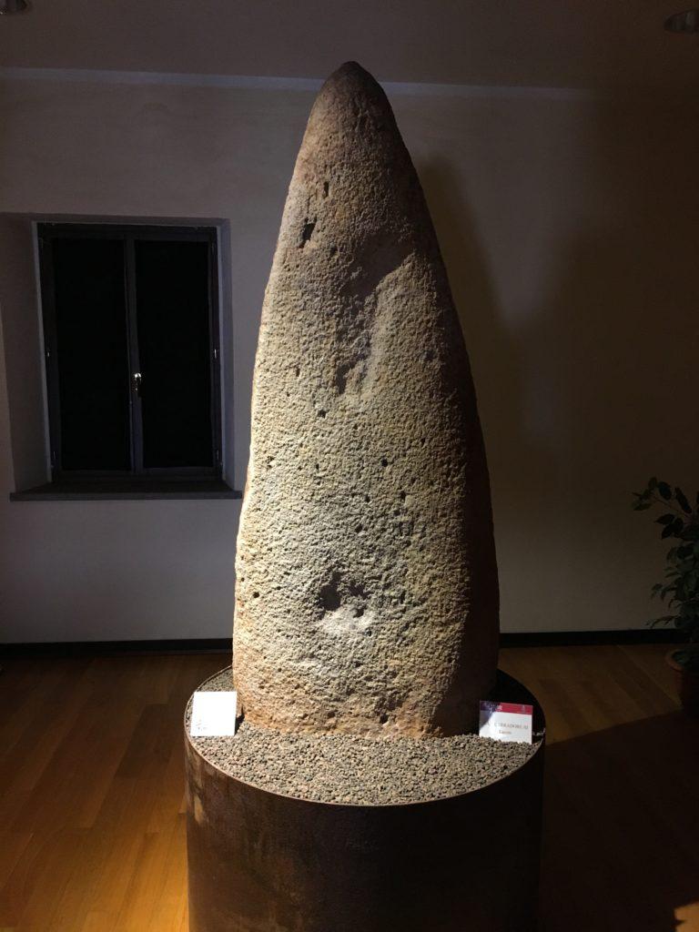 Bau Carradore III (Laconi). Menhir protoantropomorfo