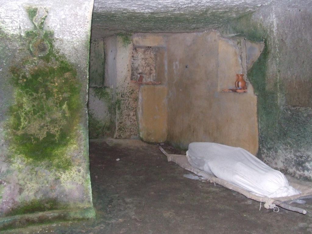 Ricostruzione del rito dell'inumazione nella necropoli punica di Monte Sirai - Foto: Daniela Pippia