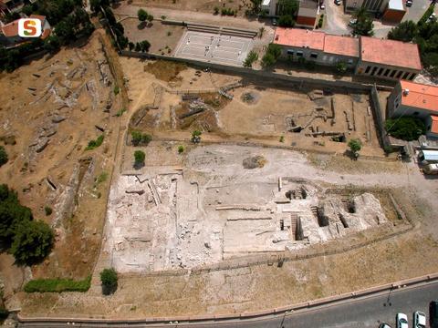 Vista aerea della necropoli punica di Sant'Antioco, ben visibili gli accessi scavati sul bancone roccioso.