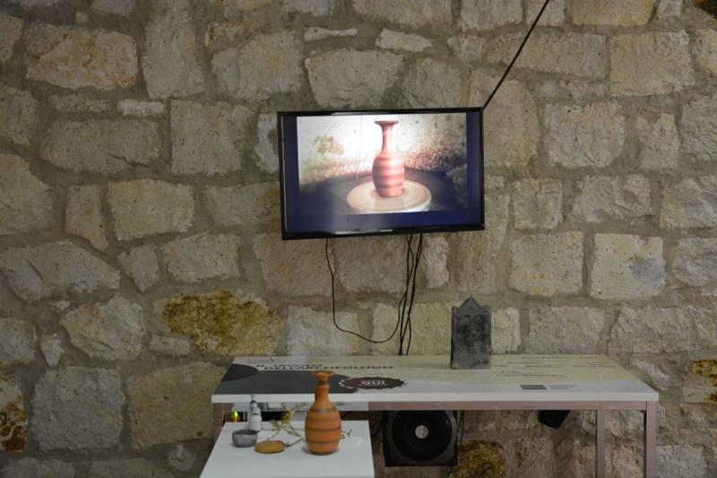 """""""Il tavolo dell'archeologo"""" racconta, attraverso ricostruzioni digitali, le tecniche artigianali utilizzate per la produzione di gioielli, vetri e ceramiche."""