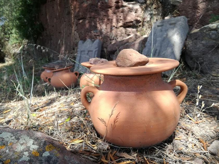 Ricostruzione delle deposizioni di urne e stele al tofet di Monte Sirai - Foto: M. Giovanna Meloni