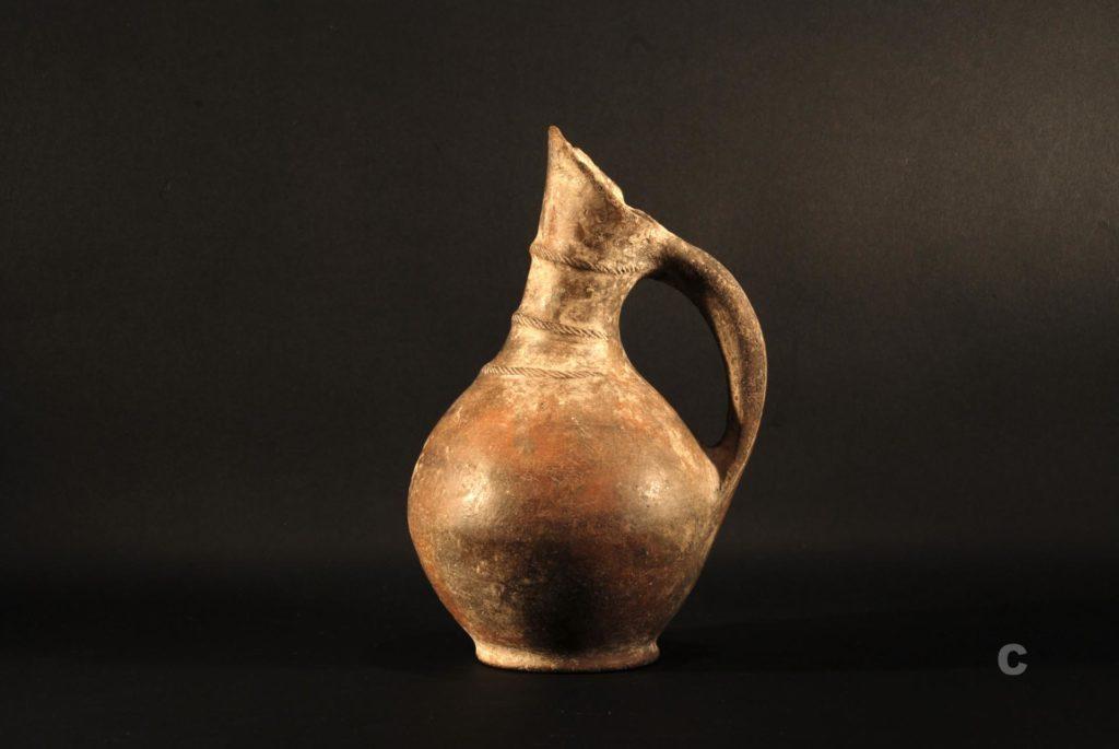 Brocca askoide rinvenuta nel Sinis e data alla prima età del ferro (Fonte: Antiquarium Arborense)