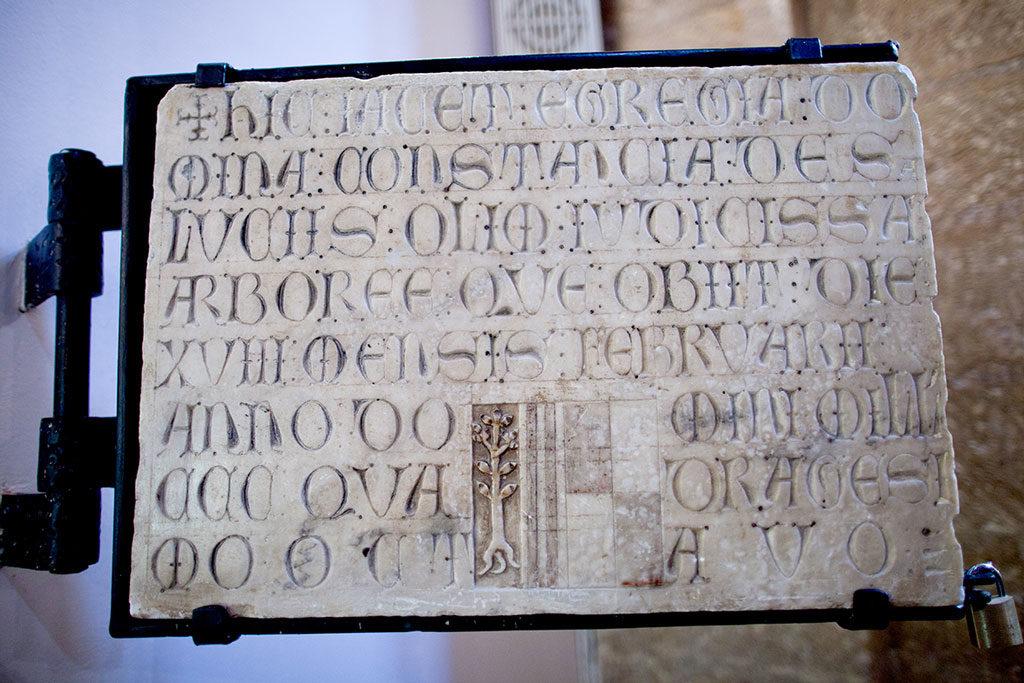 Lapide con la data di fondazione del Monastero delle Clarisse a Oristano, anno 1343 (fonte: https://www.monasterosantachiaraoristano.it)