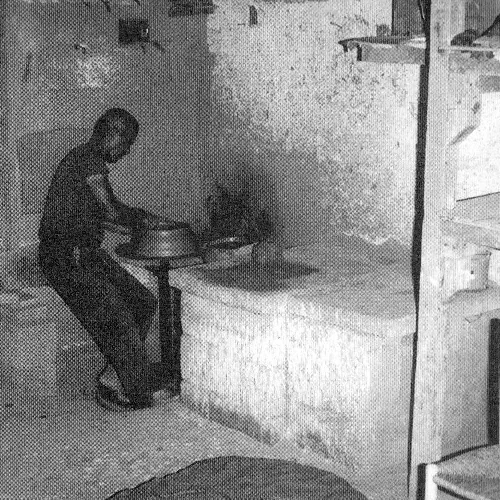Carmine Incani al tornio nel suo laboratorio, anno 1980 (fonte: La Ceramica Racconta la Storia)