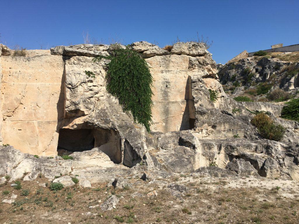 Sezione di una tomba a pozzo con camera (Necropoli di Tuvixeddu, Cagliari)